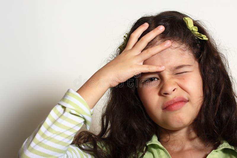 το κορίτσι έχει το κεφάλι λίγος πόνος στοκ εικόνα