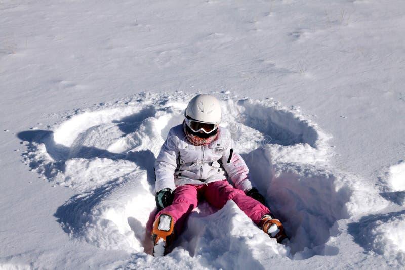 το κορίτσι αγγέλου βρίσκεται χιόνι στοκ φωτογραφία με δικαίωμα ελεύθερης χρήσης