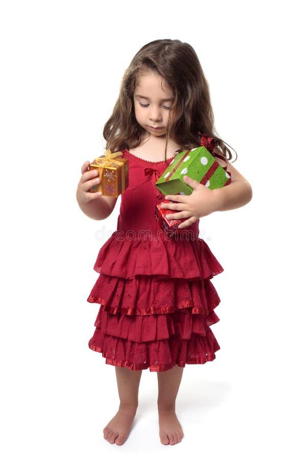 το κορίτσι αγγαλιάς λίγα παρουσιάζει στοκ εικόνες