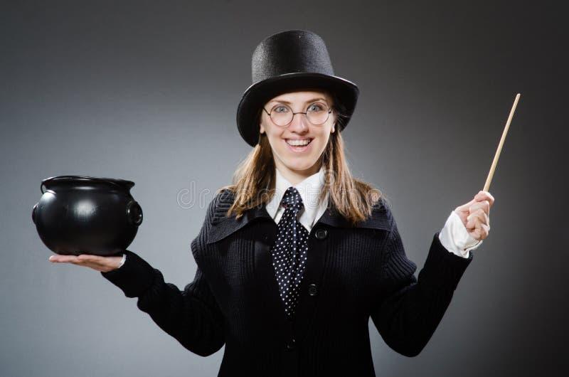 Το κορίτσι αγγειοπλαστών Harry με το μαγικά ραβδί και το δοχείο στοκ εικόνα με δικαίωμα ελεύθερης χρήσης