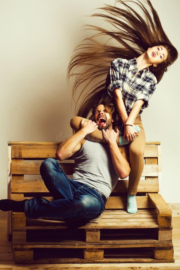 Το κορίτσι αγκαλιάζει το άτομο με το πόδι στοκ εικόνες με δικαίωμα ελεύθερης χρήσης