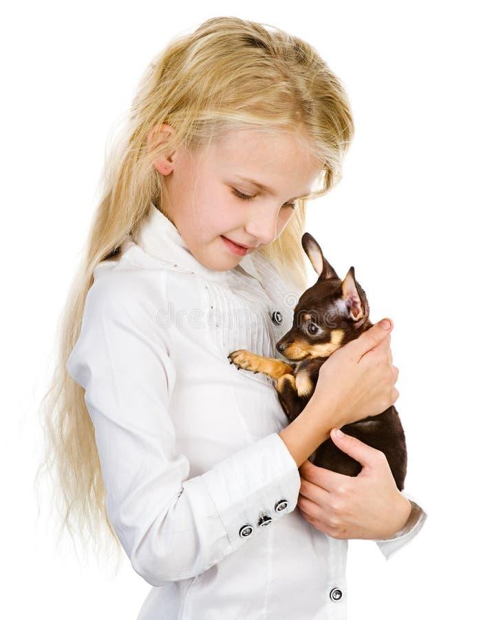 Το κορίτσι αγκαλιάζει ένα κουτάβι. στοκ εικόνες με δικαίωμα ελεύθερης χρήσης
