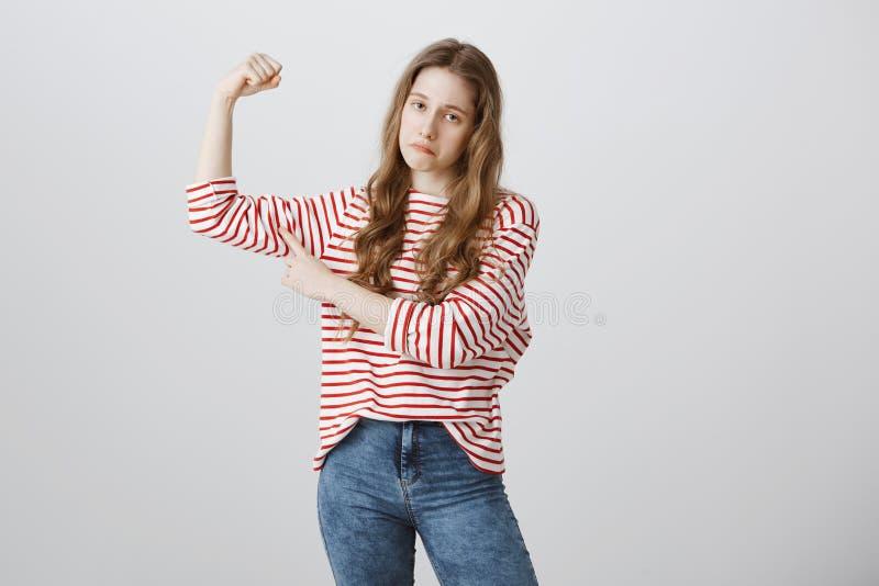 Το κορίτσι αισθάνεται ότι λυπημένος δεν είναι αρκετά ισχυρή στον τύπο κομματιών από την κατηγορία της Το πορτρέτο θλιβερού η εφηβ στοκ φωτογραφία με δικαίωμα ελεύθερης χρήσης