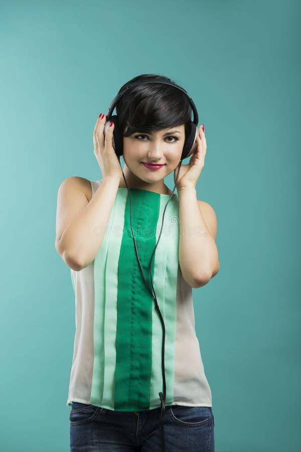 το κορίτσι ακούει μουσική στοκ φωτογραφίες