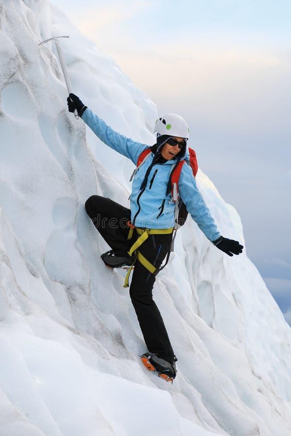 Το κορίτσι αναρριχείται σε έναν παγετώνα στην Ισλανδία στοκ φωτογραφία