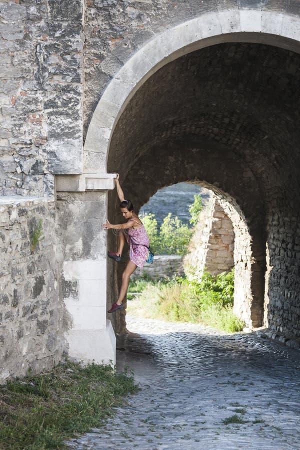 Το κορίτσι αναρριχείται στον τοίχο πετρών στοκ φωτογραφίες με δικαίωμα ελεύθερης χρήσης