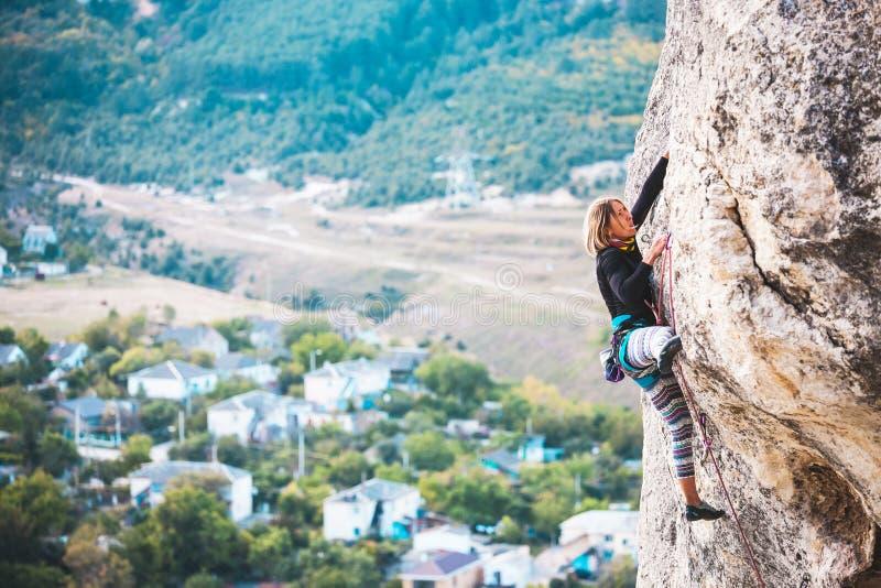 Το κορίτσι αναρριχείται στο βράχο στοκ φωτογραφία με δικαίωμα ελεύθερης χρήσης