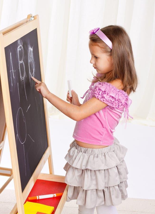 το κορίτσι ανασκόπησης ευτυχές απομόνωσε λίγο παίζοντας λευκό στοκ εικόνα