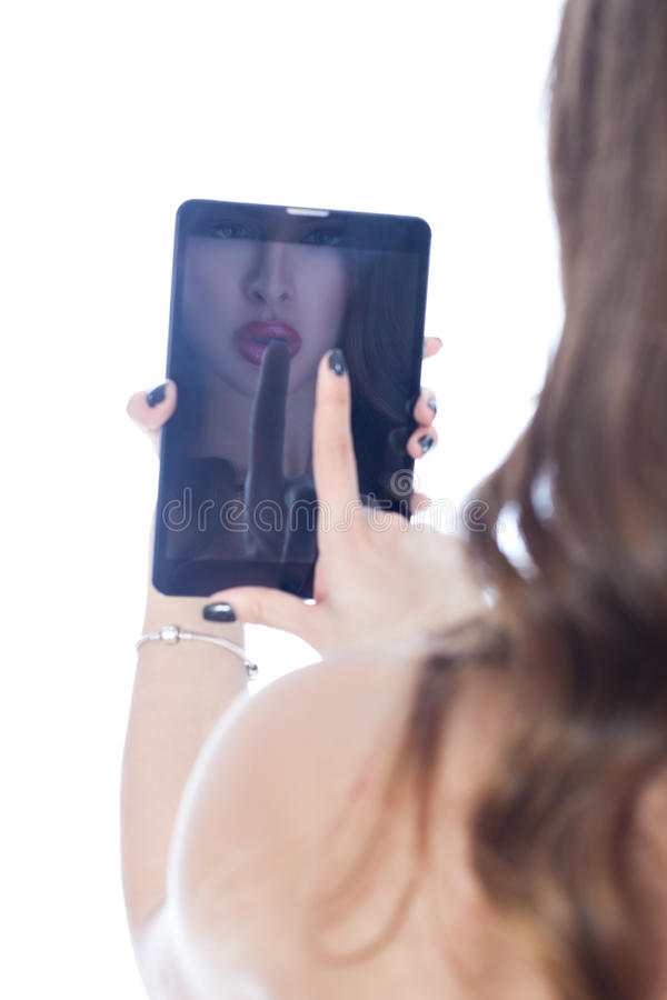 Το κορίτσι απεικονίζεται στο PC ταμπλετών στοκ εικόνες με δικαίωμα ελεύθερης χρήσης