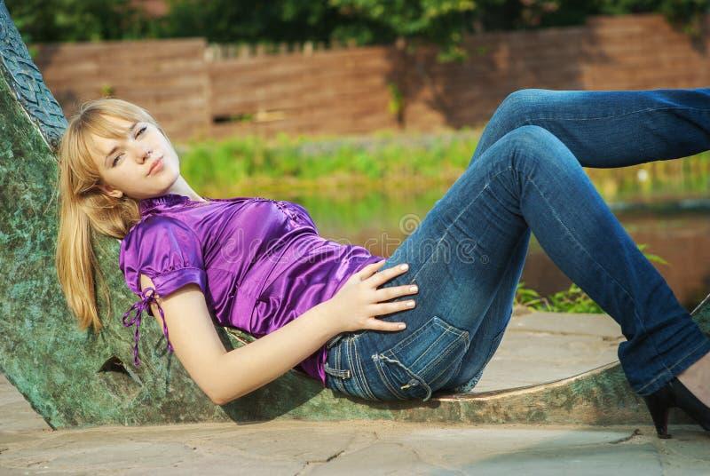 Το κορίτσι βάζει κοντά στη δεξαμενή στοκ εικόνες με δικαίωμα ελεύθερης χρήσης