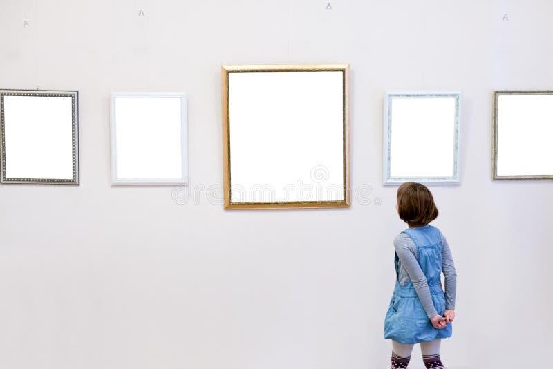 Το κορίτσι βλέπει μια εικόνα στοκ φωτογραφία