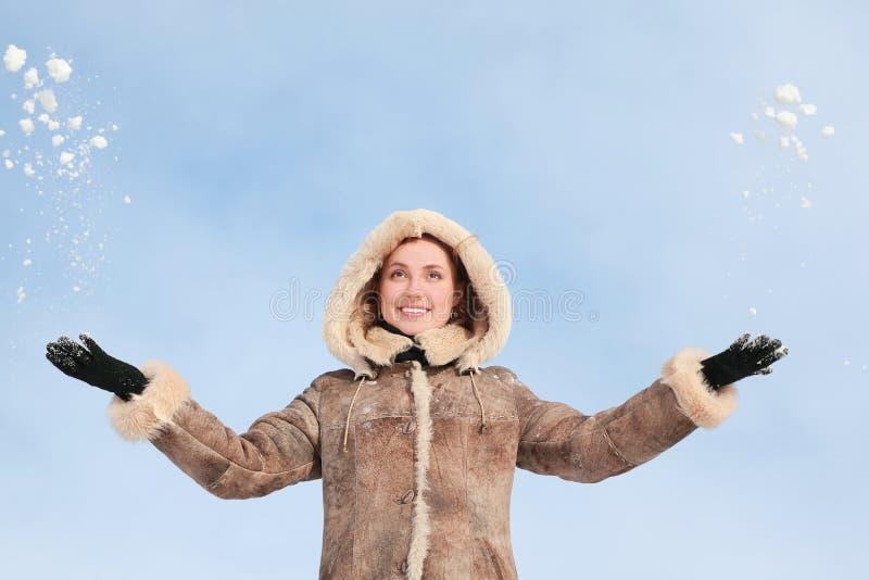 το κορίτσι δίνει το χιόνι κ& στοκ φωτογραφία με δικαίωμα ελεύθερης χρήσης