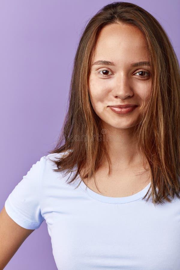 Το κορίτσι δεν ανησυχεί για τα σημεία χρωστικών ουσιών της στο πρόσωπο στοκ εικόνα με δικαίωμα ελεύθερης χρήσης