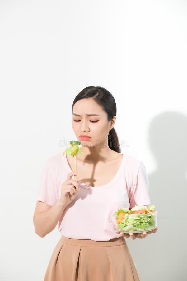 το κορίτσι δεν θέλει να φάει τα λαχανικά και να αντιπαθήσει το γούστο του λαχανικού στοκ εικόνα με δικαίωμα ελεύθερης χρήσης