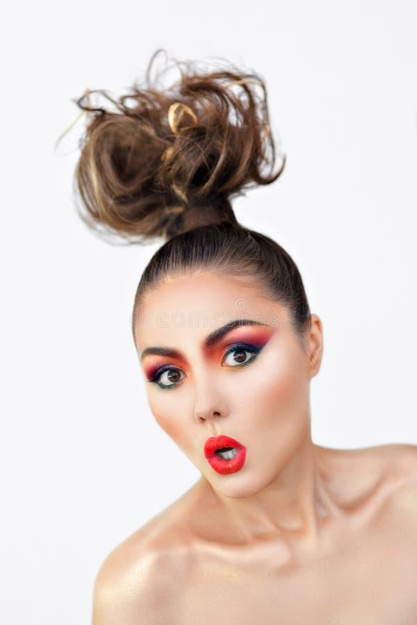 Το κορίτσι είναι έκπληκτο πορτρέτο του makeup δημιουργικό σε ένα άσπρο υπόβαθρο στοκ φωτογραφία με δικαίωμα ελεύθερης χρήσης