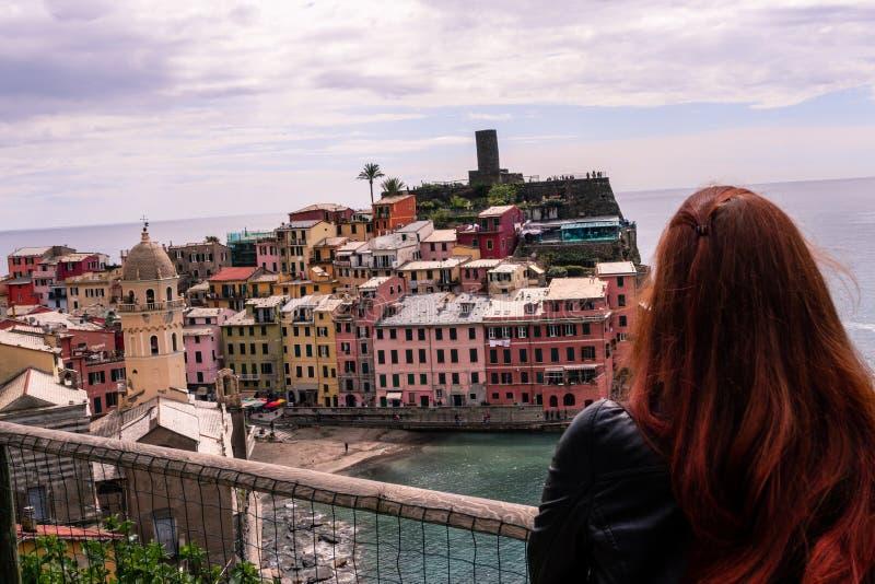 Το κορίτσι είχε μια τρομερή άποψη του παλαιού χωριού Vernazza στοκ εικόνες