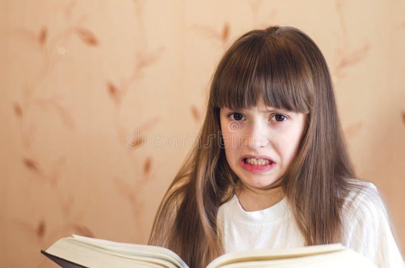 Το κορίτσι δεν θέλει να διαβάσει στοκ εικόνα