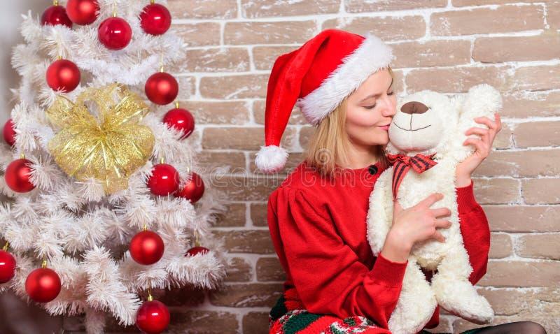 Το κορίτσι ευτυχές γιορτάζει τα νέα Χριστούγεννα έτους Λάβετε teddy αντέχει ως δώρο Επιθυμία εσείς Χαρούμενα Χριστούγεννα Καλύτερ στοκ εικόνα με δικαίωμα ελεύθερης χρήσης