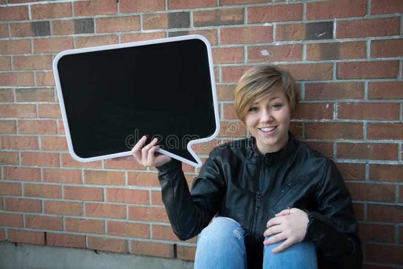 Το κορίτσι εφήβων κρατά το μαύρο σημάδι στοκ φωτογραφίες με δικαίωμα ελεύθερης χρήσης