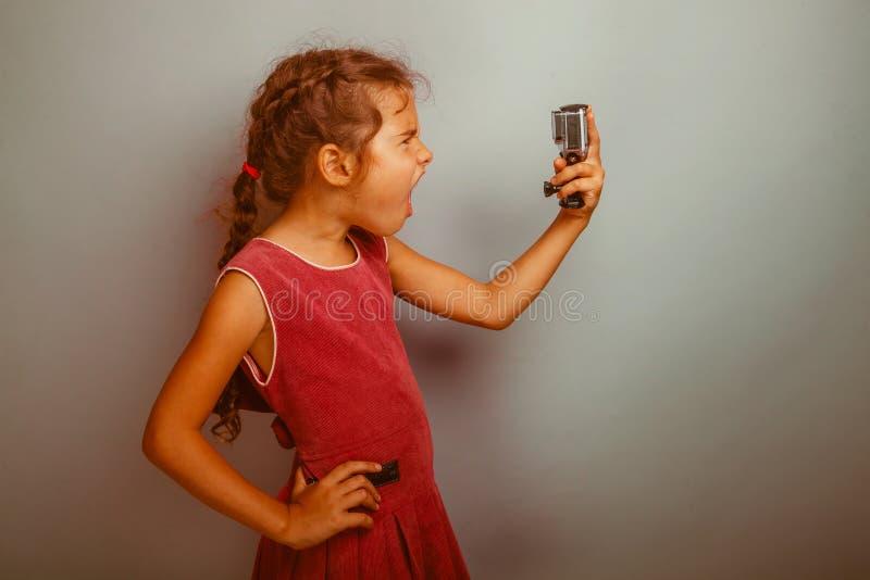 Το κορίτσι εφήβων πυροβολείται στη κάμερα δράσης στοκ φωτογραφία με δικαίωμα ελεύθερης χρήσης