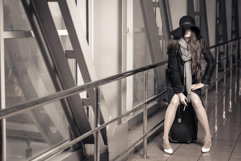 Το κορίτσι κάθεται σε μια βαλίτσα στοκ φωτογραφίες με δικαίωμα ελεύθερης χρήσης