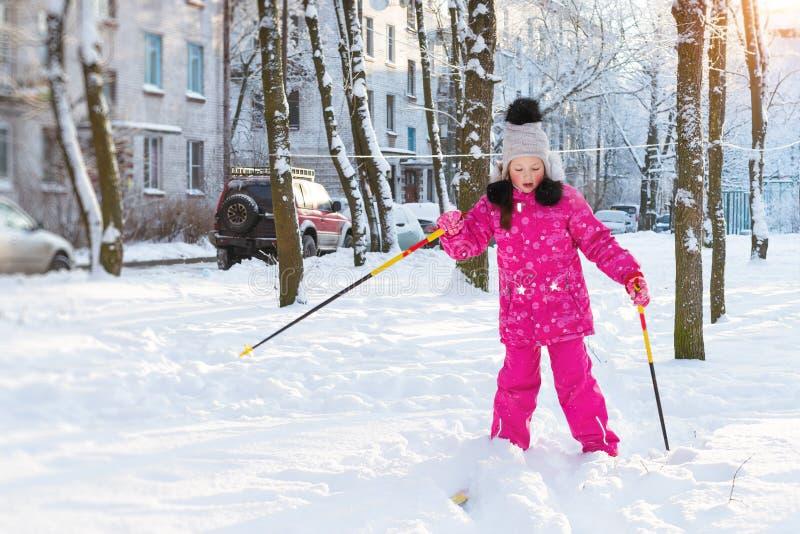 Το κορίτσι κάνει σκι στο πάρκο χιονιού στοκ εικόνες