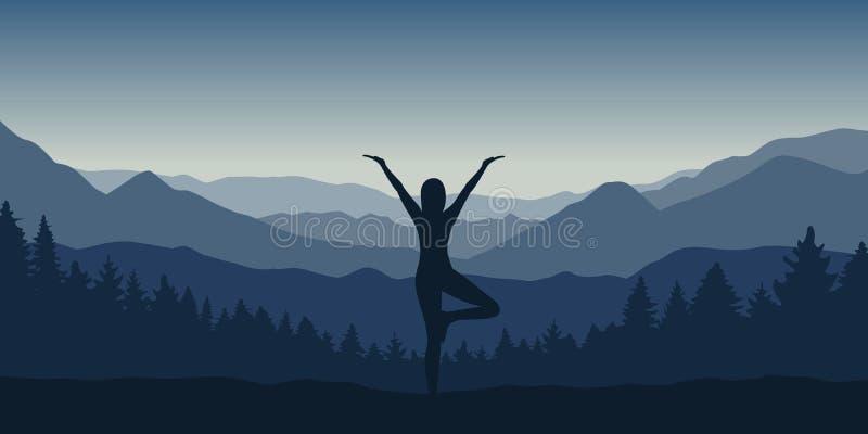 Το κορίτσι κάνει τη γιόγκα να θέσει στο όμορφο μπλε βουνό και το δασικό τοπίο απεικόνιση αποθεμάτων
