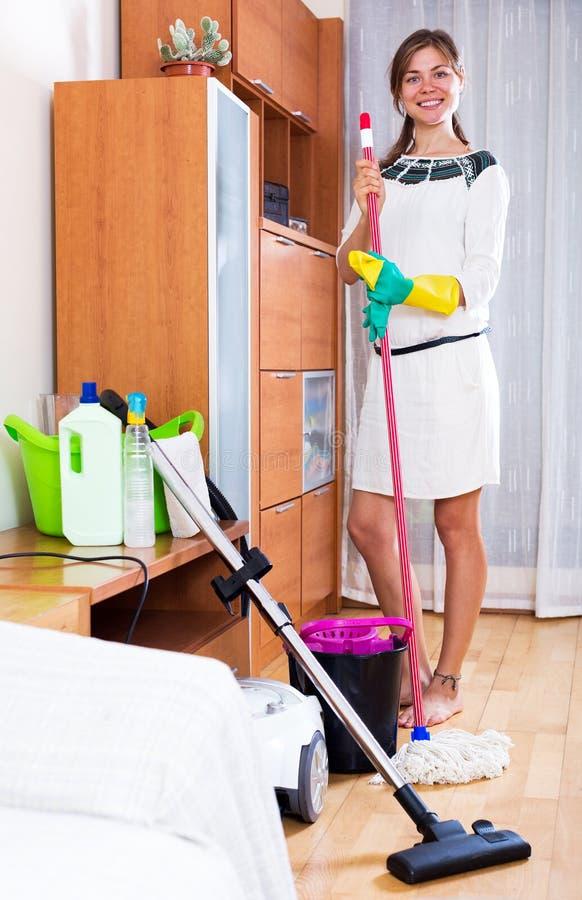 Το κορίτσι καθαρίζει το σπίτι στοκ εικόνες