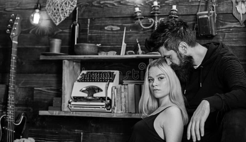 Το κορίτσι και το άτομο στα ήρεμα πρόσωπα χαλαρώνουν στη θερμή ατμόσφαιρα Το ζεύγος περνά το ρομαντικό βράδυ στο σπίτι εκτροφέων  στοκ φωτογραφία με δικαίωμα ελεύθερης χρήσης