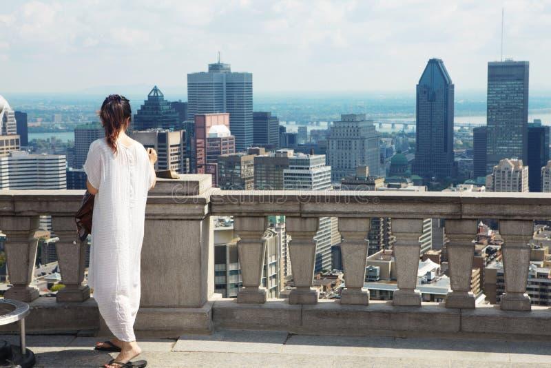 Το κορίτσι και οι ουρανοξύστες στοκ εικόνες