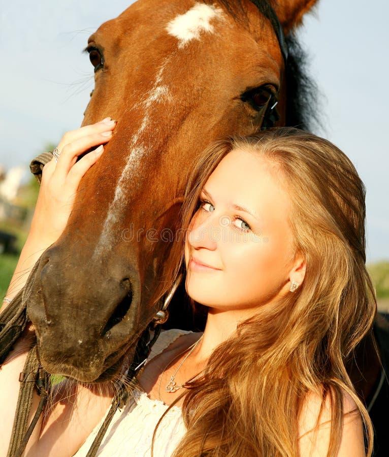 Το κορίτσι και το άλογο στοκ εικόνα με δικαίωμα ελεύθερης χρήσης