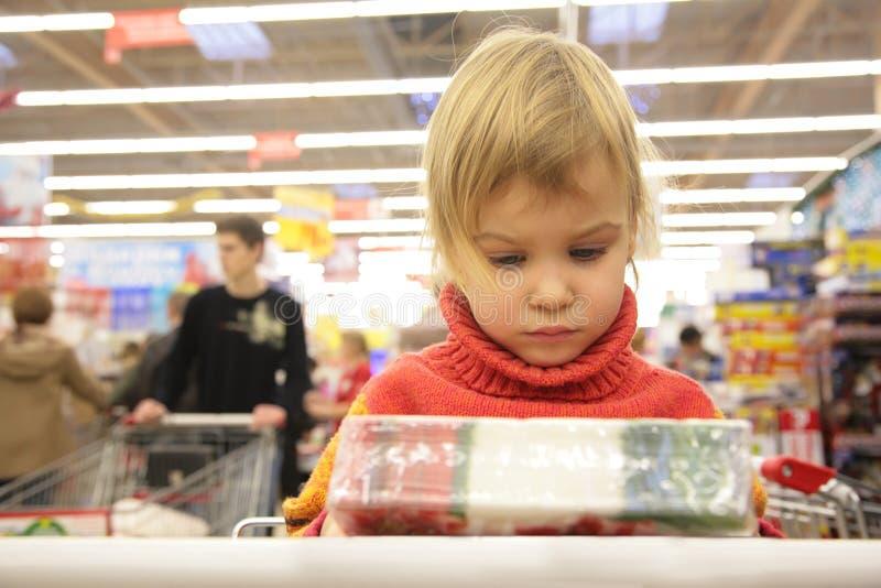 το κορίτσι κιβωτίων φαίνεται κατάστημα στοκ εικόνα