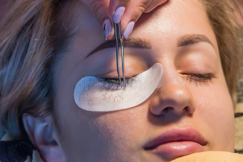 Το κορίτσι κολλά eyelashes στοκ φωτογραφία με δικαίωμα ελεύθερης χρήσης
