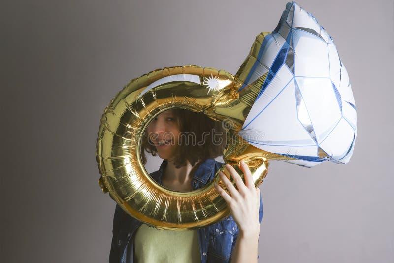 Το κορίτσι κρατά ένα μεγάλο μπαλόνι υπό μορφή δαχτυλιδιού στοκ φωτογραφία με δικαίωμα ελεύθερης χρήσης
