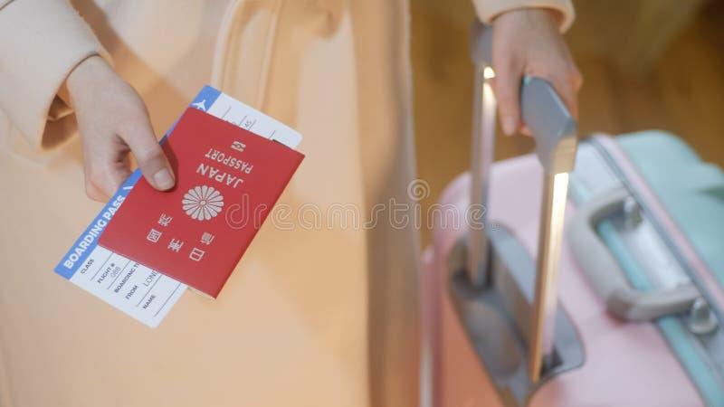 Το κορίτσι κρατά το διαβατήριο της Ιαπωνίας και το πέρασμα τροφής στοκ φωτογραφίες