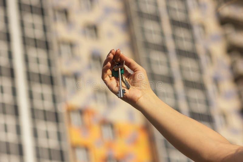 Το κορίτσι κρατά τα κλειδιά στο νέο διαμέρισμα, κινηματογράφηση σε πρώτο πλάνο στοκ φωτογραφία με δικαίωμα ελεύθερης χρήσης