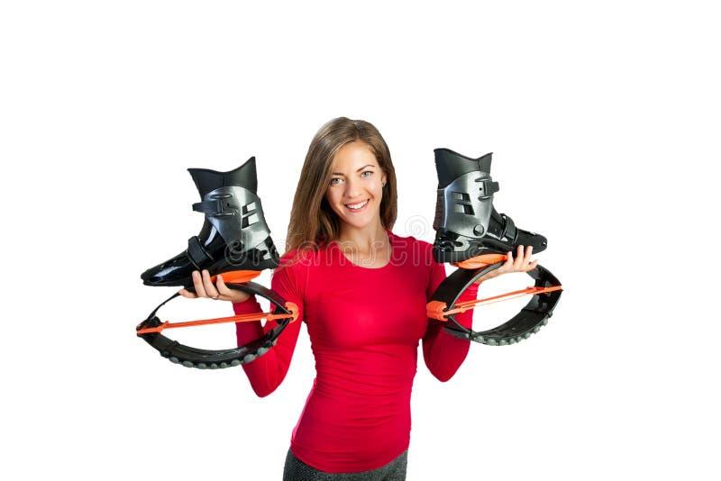 Το κορίτσι κρατά τα παπούτσια για τα άλματα kangoo στα χέρια στοκ φωτογραφίες με δικαίωμα ελεύθερης χρήσης