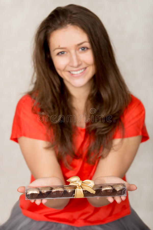 Το κορίτσι κρατά το κιβώτιο με τις σοκολάτες στοκ φωτογραφίες