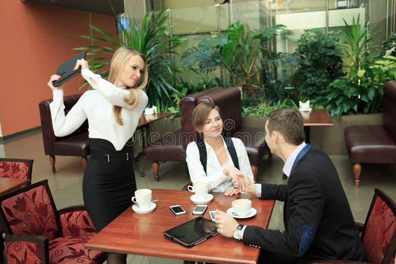 Το κορίτσι κτυπά το σύζυγο επιχειρηματιών τον είδε με δικούς του στοκ εικόνα με δικαίωμα ελεύθερης χρήσης