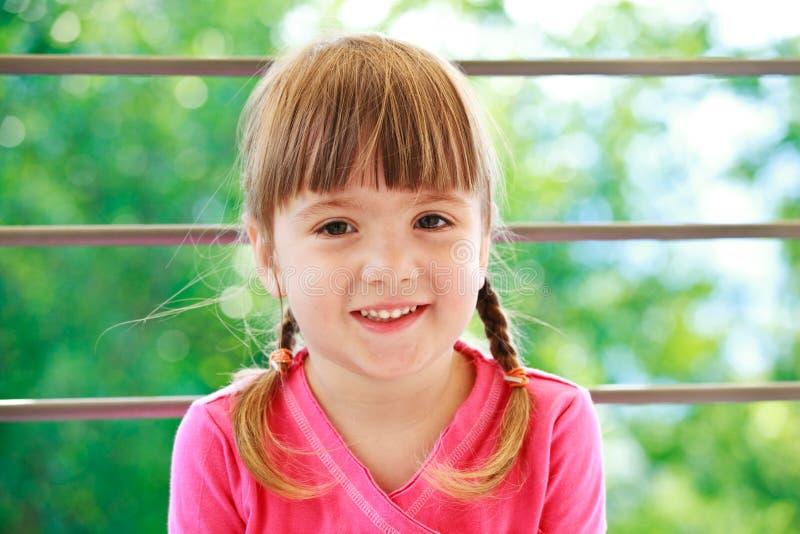 το κορίτσι λίγα πλέκει δύο στοκ φωτογραφία με δικαίωμα ελεύθερης χρήσης