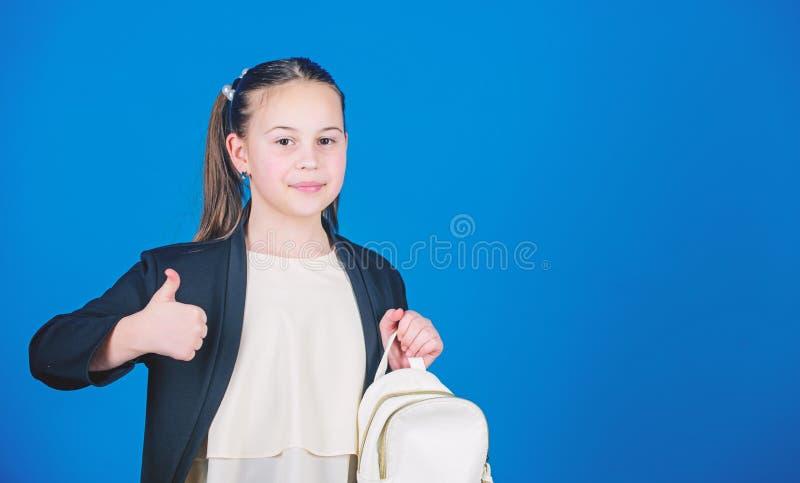 Το κορίτσι λίγο μοντέρνο cutie φέρνει το σακίδιο πλάτης Έννοια τάσης μόδας παιδιών Επίσημα ενδύματα ύφους μαθητριών με μικρό στοκ φωτογραφίες με δικαίωμα ελεύθερης χρήσης