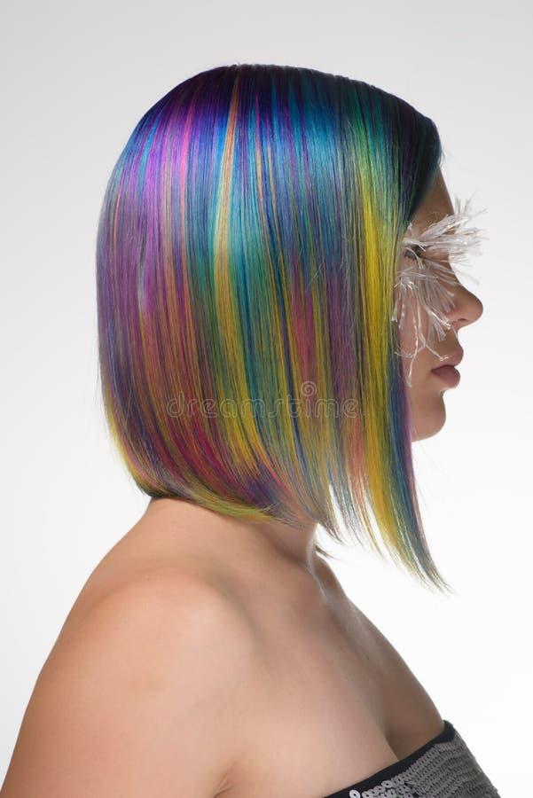 Το κορίτσι με δημιουργικό κάνει επάνω, πολύ μακροχρόνια ψεύτικα eyelashes και επαγγελματικός χρωματισμός τρίχας στοκ φωτογραφίες με δικαίωμα ελεύθερης χρήσης