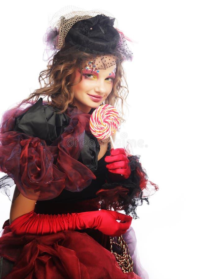 Το κορίτσι με με τη δημιουργική σύνθεση κρατά lollipop στοκ εικόνες