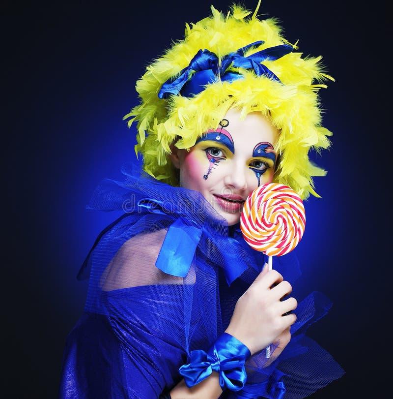 Το κορίτσι με με τη δημιουργική σύνθεση κρατά lollipop στοκ φωτογραφίες