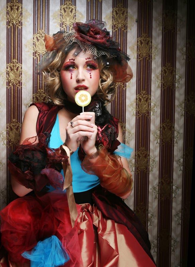 Το κορίτσι με με τη δημιουργική σύνθεση κρατά lollipop στοκ εικόνες με δικαίωμα ελεύθερης χρήσης