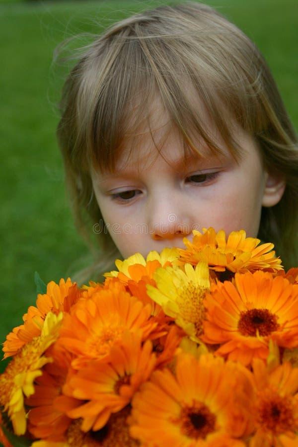 Το κορίτσι με μια ανθοδέσμη στοκ εικόνα με δικαίωμα ελεύθερης χρήσης