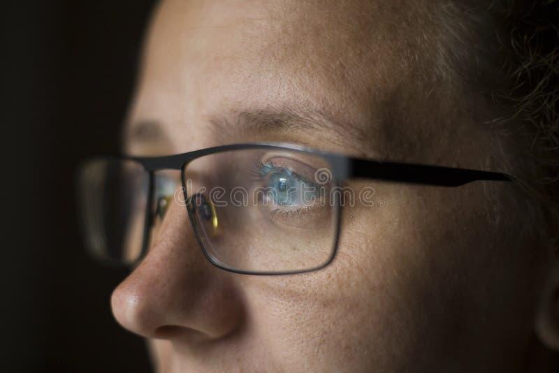 Το κορίτσι με τα γυαλιά με τα όμορφα μάτια φαίνεται μυστήρια μάτια, η έννοια να εξετάσει το μέλλον των νέων τεχνολογιών στοκ εικόνες με δικαίωμα ελεύθερης χρήσης