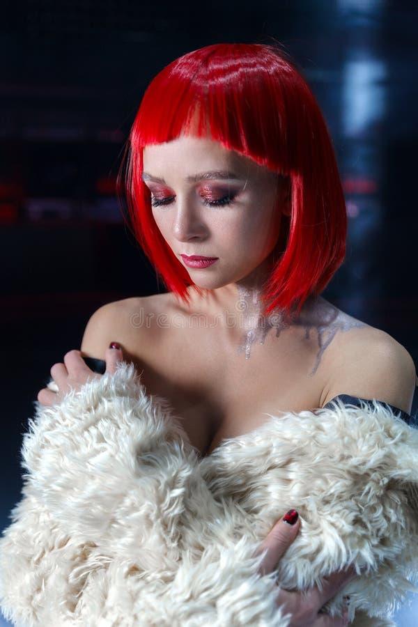 Το κορίτσι με την κόκκινη τρίχα με τους γυμνούς ώμους στοκ φωτογραφία