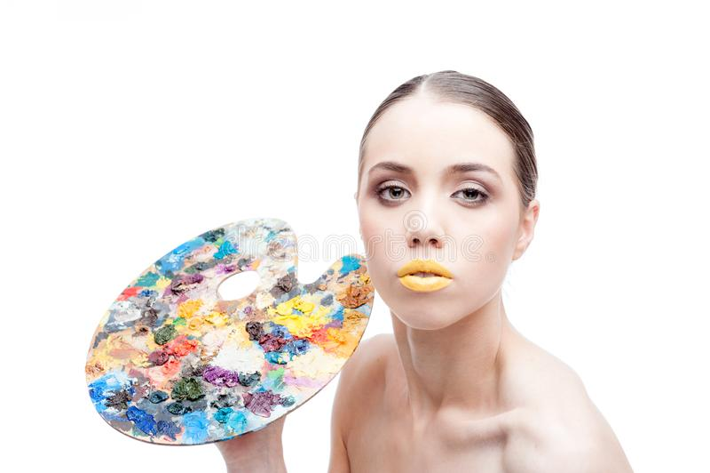 Το κορίτσι με τη σύνθεση φαντασίας κρατά μια παλέτα στοκ φωτογραφίες