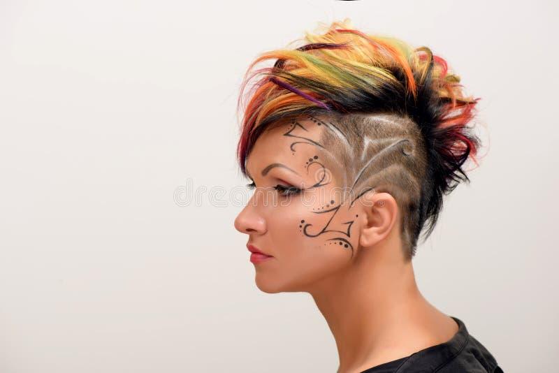 Το κορίτσι με τον επαγγελματικό και μοντέρνο χρωματισμό τρίχας και δημιουργικός αποτελεί στοκ φωτογραφίες με δικαίωμα ελεύθερης χρήσης